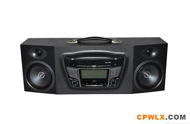 本产品配置了该数码音响,你就可享受原车高级CD发烧级音箱最佳组合,该音响可播放CD、MP3、收音机。 可外接于:电脑/音频输入,部分机型还支持USB播放。且该音箱配置有原装AC-DC适配器,收音天线,对接式原车CD主机线束,让你轻松安装,共100多款车型。